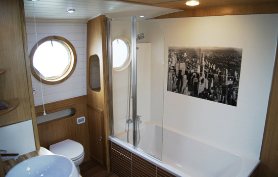 Full size bath on a new fully fitted widebeam canal boat