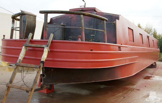 Red oxide application on a new widebeam canal boat 02