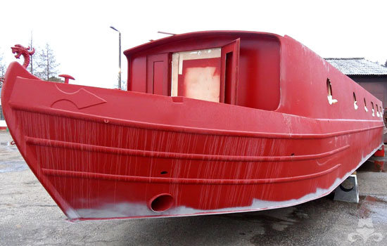 Red oxide application on a new widebeam canal boat 03